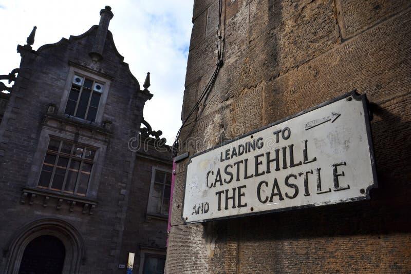 Gatatecknet som pekar till Castlehillen, och Edinburg rockerar, Edinburg, Skottland, Förenade kungariket, molnig dag arkivbilder