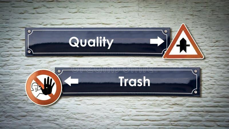 Gatatecknet till kvalitet kasserar kontra royaltyfria bilder