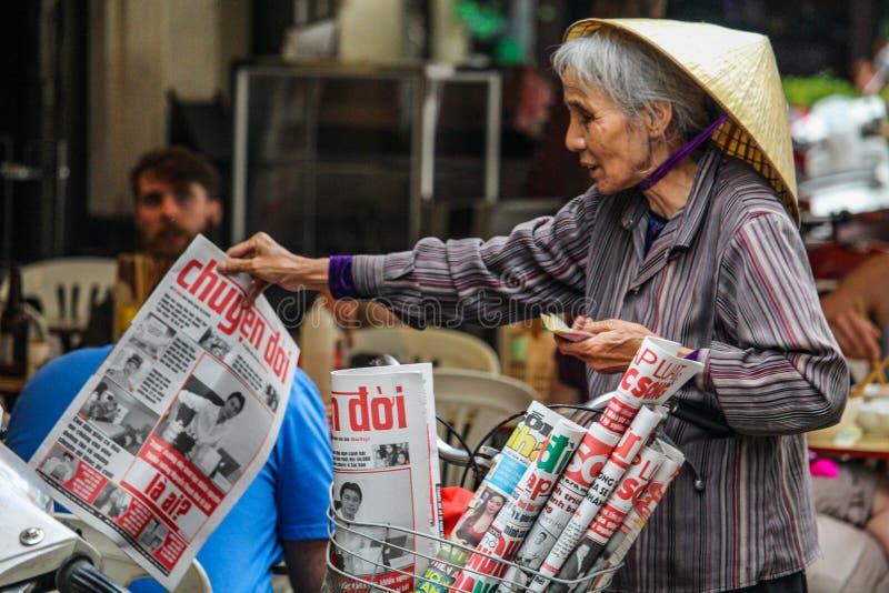 Gatatidningssäljare Hanoi royaltyfri bild