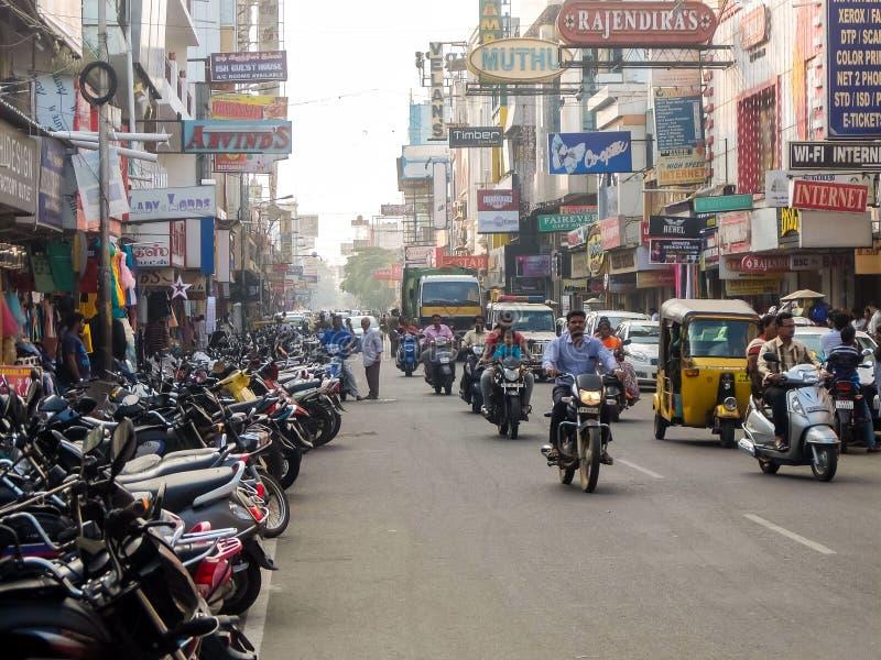 Gatatrafik i Pondicherry, Indien arkivbilder