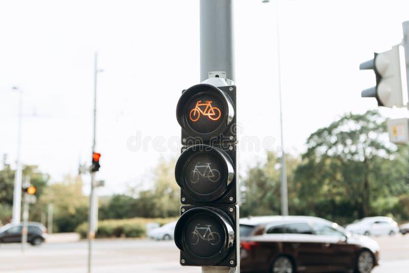 Gatatrafikljus för cyklister visar röd färg royaltyfri bild