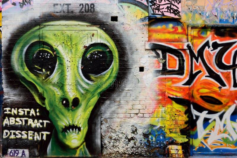 Gataväggmålning, utomjordiskt främmande vara med stora ögon royaltyfria foton