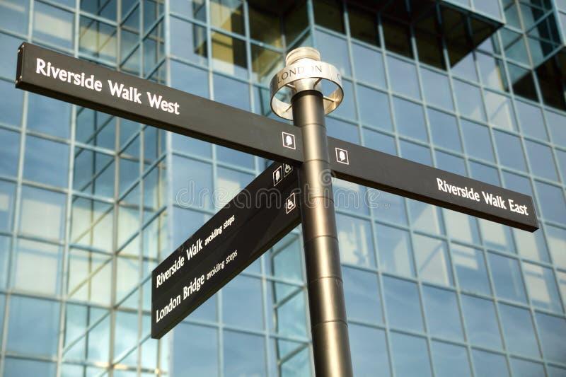 Gatavägvisaren som ger riktningar till Themsenbanaflodstranden, går royaltyfri bild