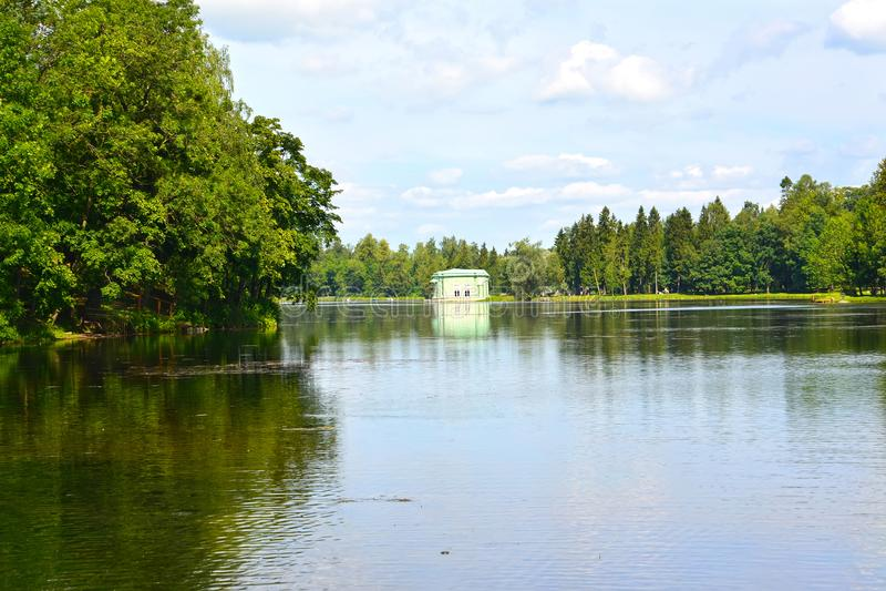 gatchina Ρωσία Μια άποψη της λίμνης Beloye και του περίπτερου της Αφροδίτης στο πάρκο της Γκάτσινα στοκ φωτογραφίες με δικαίωμα ελεύθερης χρήσης