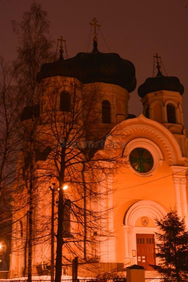 GATCHINA, FEDERAÇÃO RUSSA - 23 DE FEVEREIRO DE 2019: Catedral de StPaul na noite fotografia de stock
