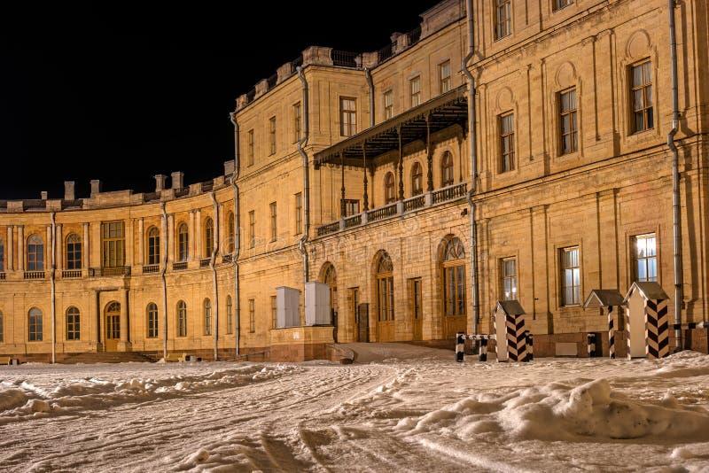 Gatchina Pałac Główne wejście pałac kolory wykładają noc fotografię Rosja obraz stock