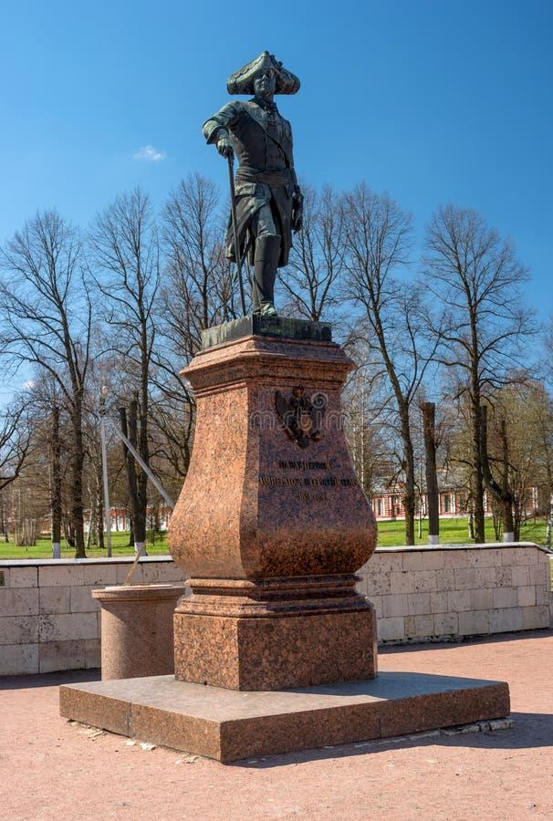 Gatchina, Rússia - 1º de maio de 2016: Monumento a Paul mim na frente do palácio de Gatchina Paul mim - imperador e autocrata de  foto de stock