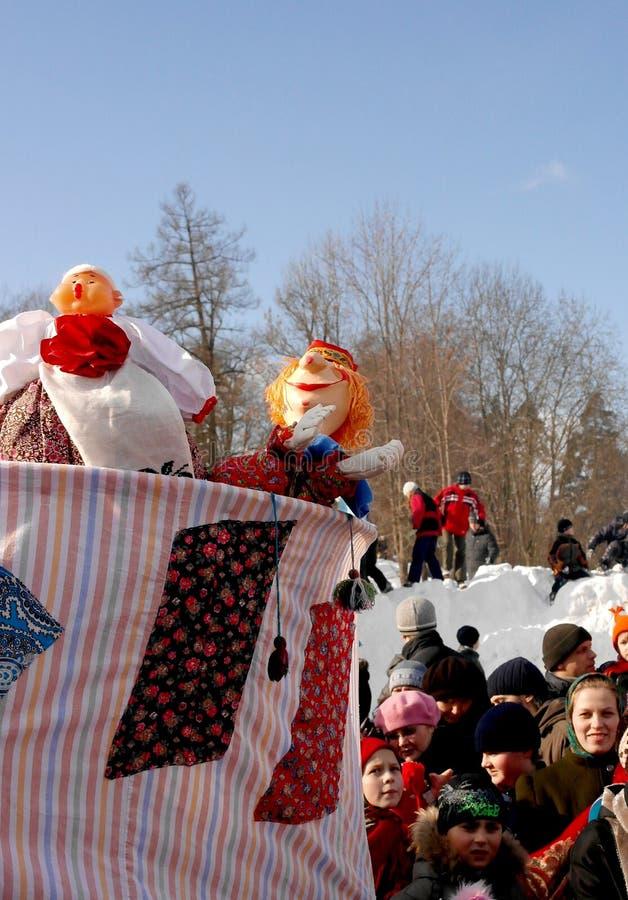 Gatchina, região de Leninegrado, RÚSSIA - 5 de março de 2011: Maslenitsa um feriado tradicional da mola nos povos do russo imagens de stock royalty free