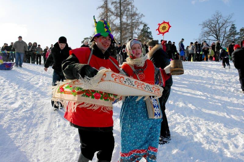Gatchina, región de Leningrad, RUSIA - 5 de marzo de 2011: Maslenitsa un día de fiesta tradicional de la primavera en Rusia imagen de archivo libre de regalías