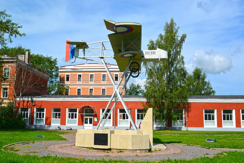 Gatchina, Russland Das Modell des alten Flugzeuges vor dem hintergrund des Museums der Geschichte des Flugmotors -bildend und des stockfotos