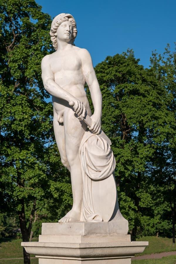 Gatchina slott Skulptur i den holländska trädgården Närbild royaltyfria foton