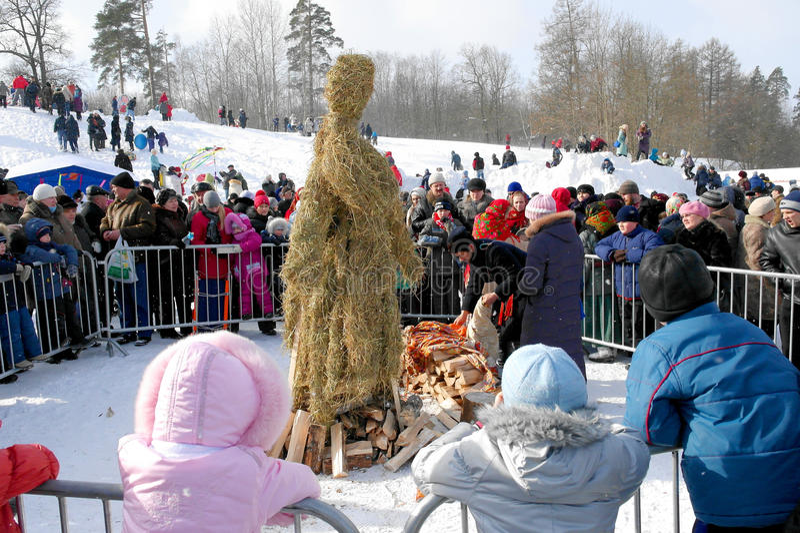 Gatcina, regione di Leningrado, RUSSIA - 5 marzo 2011: Maslenitsa una festa tradizionale della molla in Russia fotografie stock libere da diritti