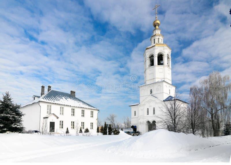 Gate il campanile con la chiesa dell'arcangelo Michael nel monastero di Zilantov Svyato-Uspensky immagini stock libere da diritti