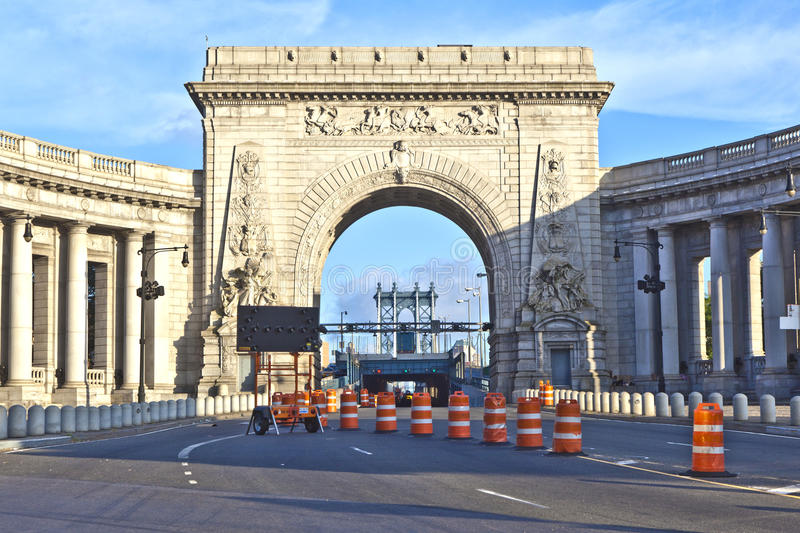 Gate to manhattan Bridge via the triumphal arch and colonnade at stock images