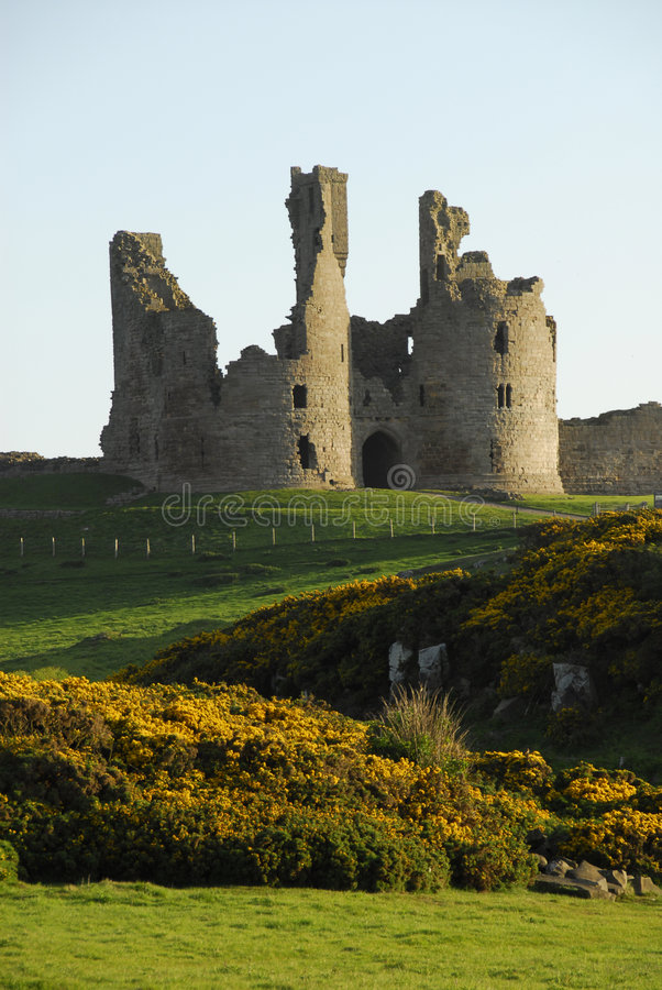 gatehouse dunstanburgh замока стоковые фотографии rf