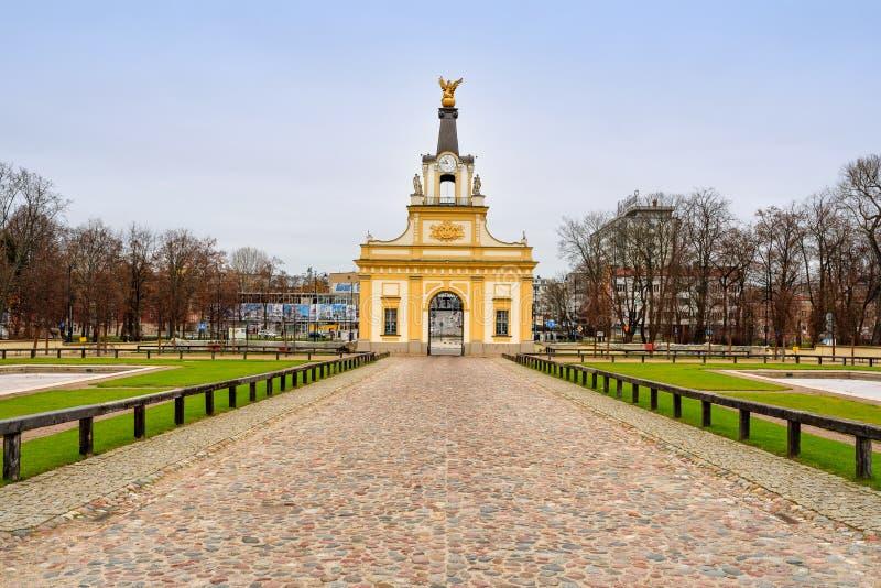 Gates to Branicki palast and cobblestone path, Bia?ystok, Polen lizenzfreies stockfoto