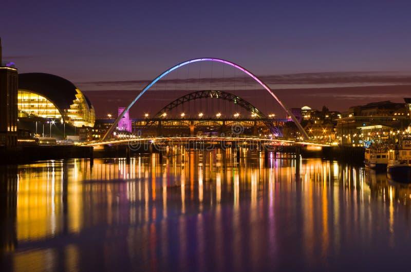 Gateshead e Newcastle no por do sol foto de stock