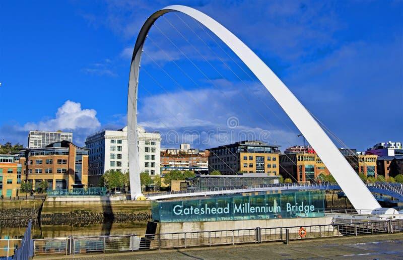 Gateshead milleniumbro, i höst, 2018 royaltyfria bilder