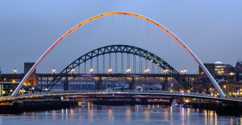 Gateshead milleniumbro och Tyne Bridge arkivbilder