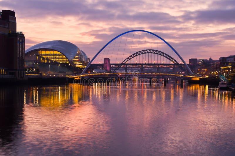 Gateshead y Newcastle en la puesta del sol fotos de archivo libres de regalías