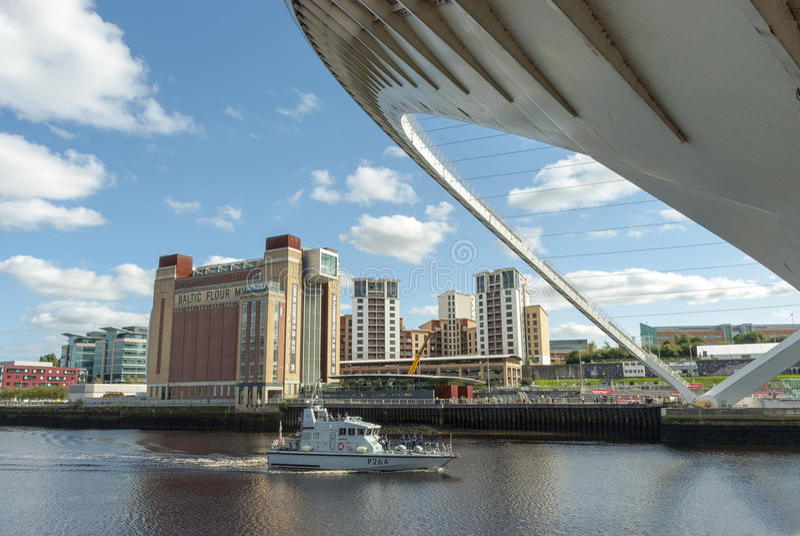 Gateshed milenium mosta otwarcie dla marynarki wojennej łodzi zdjęcie royalty free