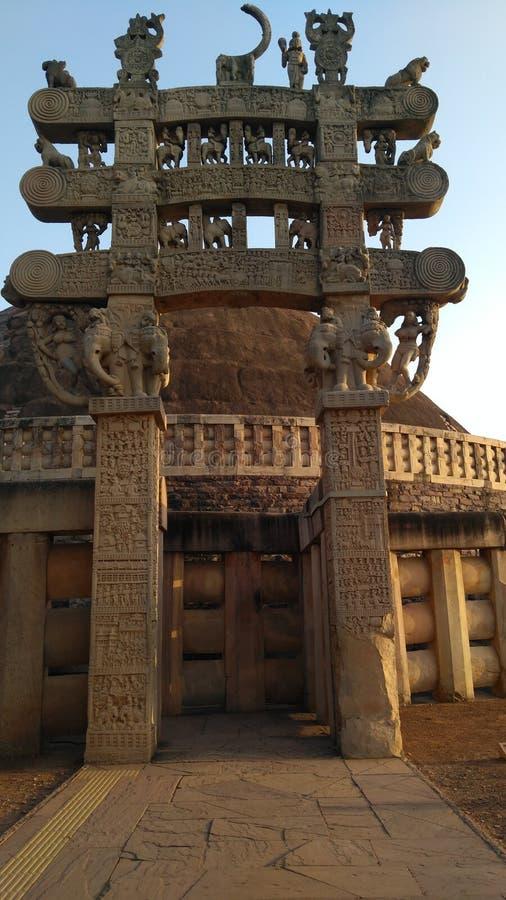 gateway aan Grote die Stupa van Sanchi, in de 3de eeuw BC wordt gebouwd royalty-vrije stock foto