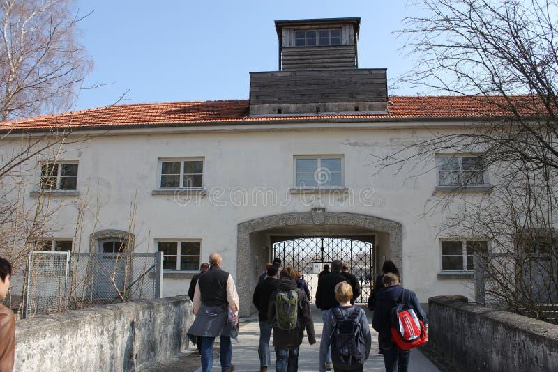 Gateway aan hel - de onschadelijke ingang aan Hitler ` s berucht Dachau ` doods` kamp royalty-vrije stock afbeelding