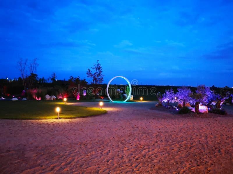 Gateway aan hemel - tuin die in de nacht wordt aangestoken stock foto