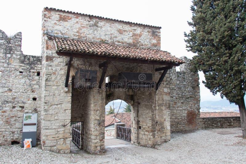 Gateway aan ophaalbrug in het Kasteel van Brescia, Lombardije, Italië royalty-vrije stock afbeeldingen