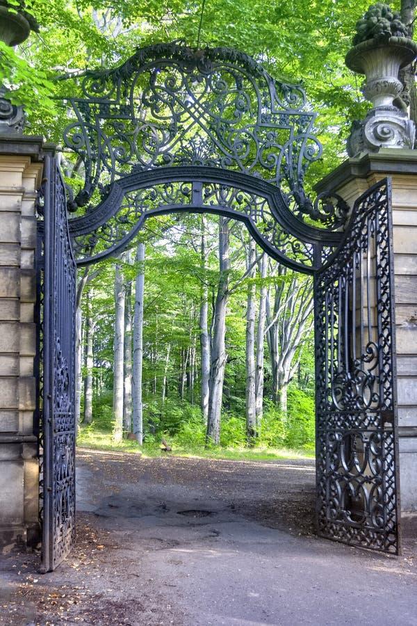 Gateway aan oud park in de herfst stock foto's