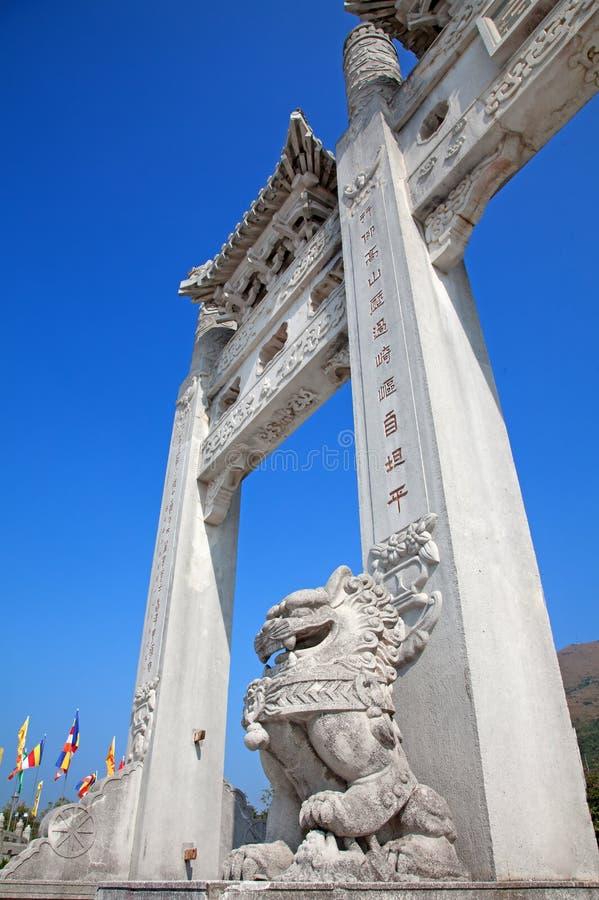 Gateway Del Monasterio Budista Del Po Lin Imagenes de archivo