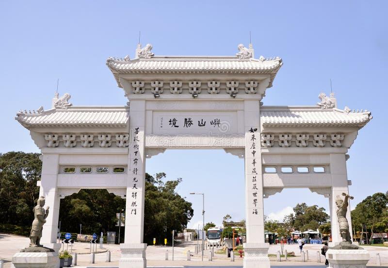 Gateway del monasterio del Po Lin fotos de archivo libres de regalías
