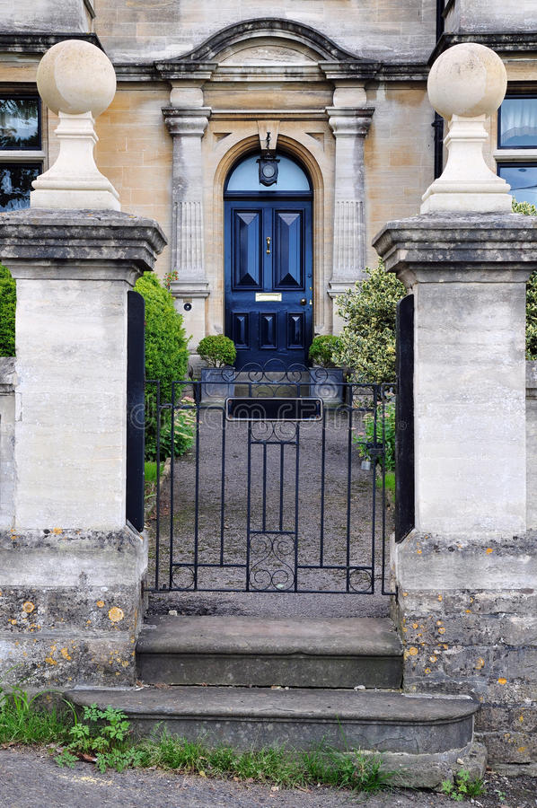 Gateway y camino del jardín de una casa de ciudad inglesa fotos de archivo libres de regalías