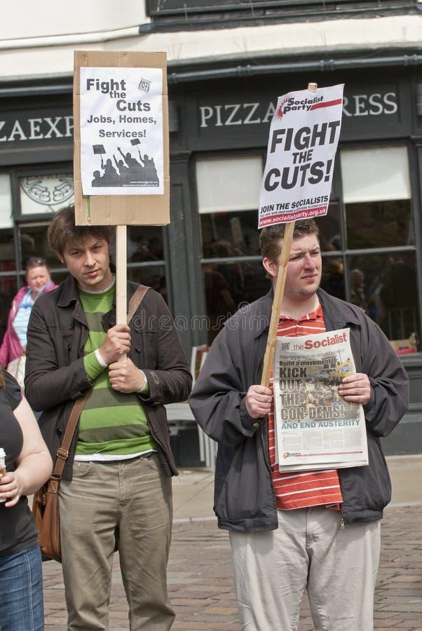 gatherhållen placards personer som protesterar royaltyfri bild