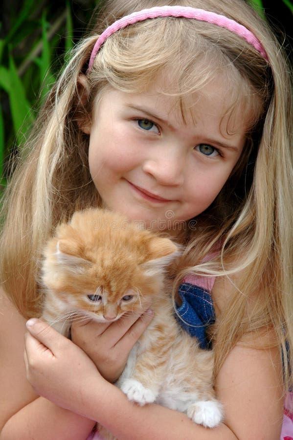 Gatito de la muchacha foto de archivo libre de regalías