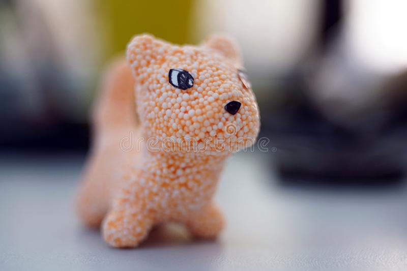 Gato alaranjado do brinquedo feito do limo para o jogo de crianças foto de stock royalty free