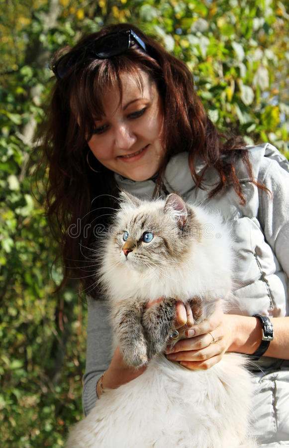 Gato e jovem mulher nevsky Siberian do masqarade fotografia de stock