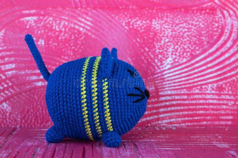 Gato feito malha macio do brinquedo redondo Da cor azul fotografia de stock royalty free