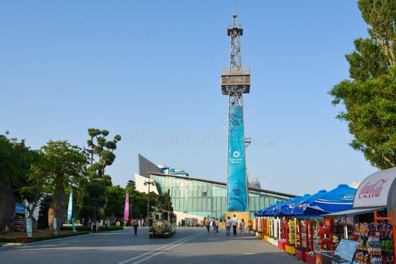 Gator av Baku, den 1st europén spelar i Baku, den stora affischen hoppa fallskärm på tornet arkivbild