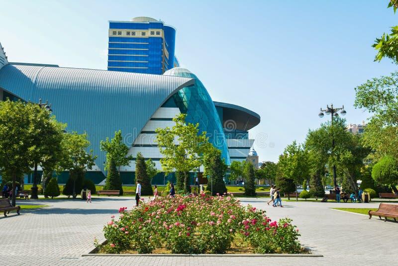 Gator av Baku, den 1st europén spelar i Baku, parkerar Bulvar byggnad arkivbild
