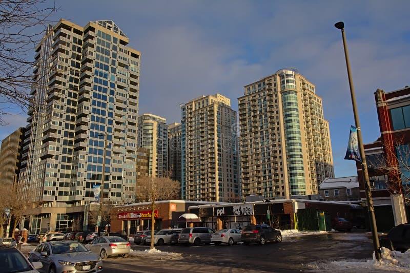 Gator av den Byward marknaden, med gamla saluhall- och lägenhettorn i Ottawa royaltyfria bilder
