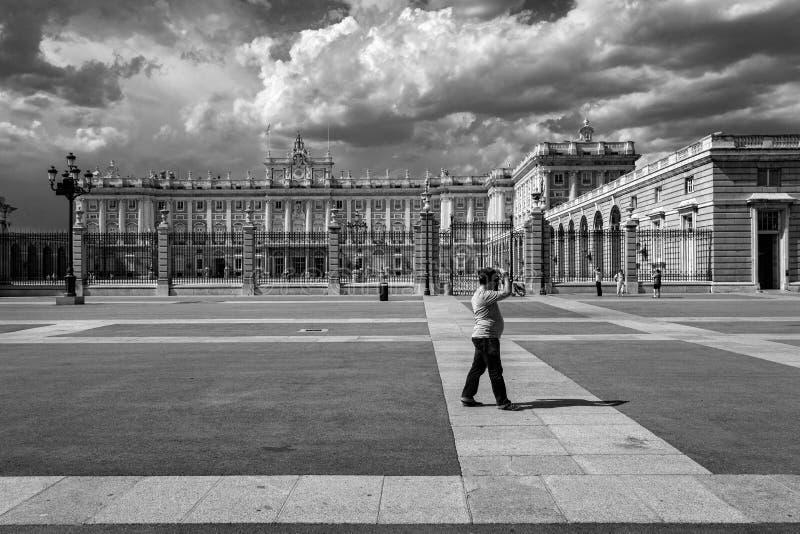 Gator av den gamla staden av Madrid spain svart white arkivbilder