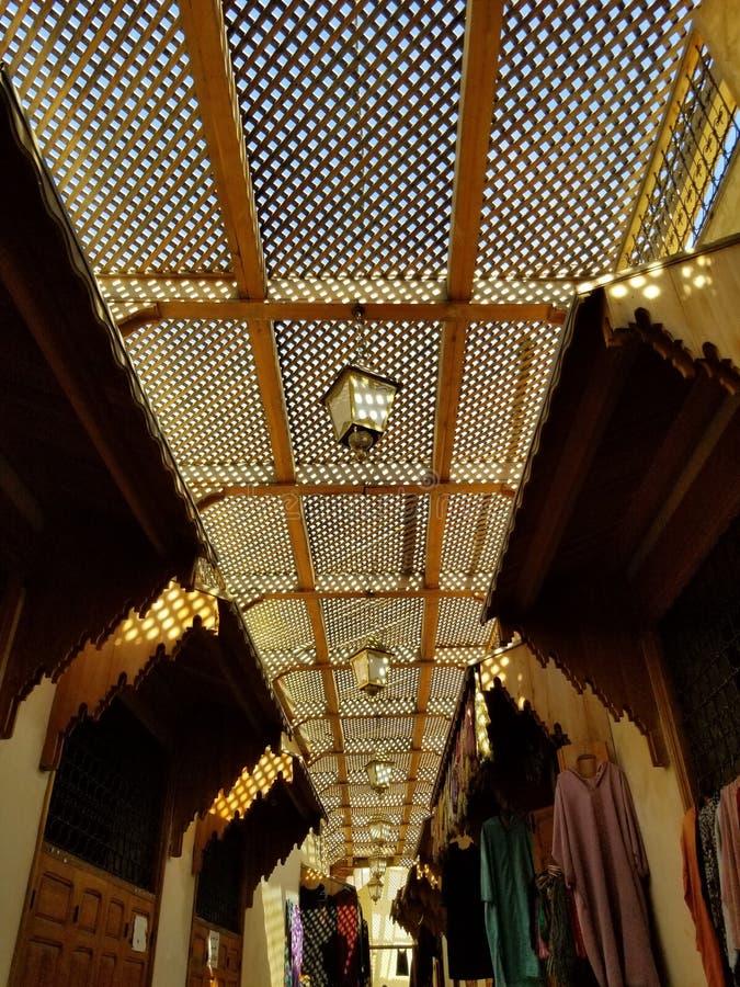 Gator av Fez eller Fes Medina - souks royaltyfria bilder
