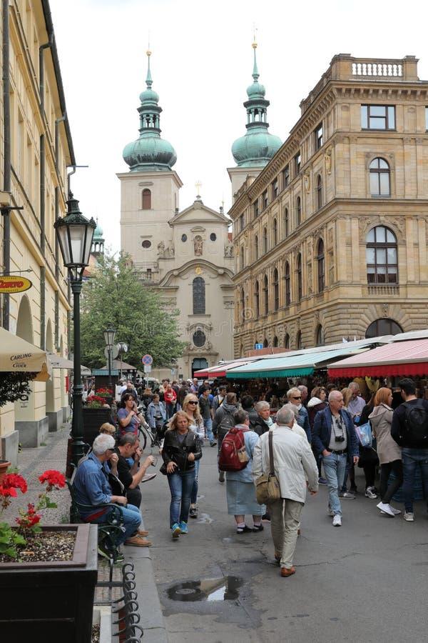 Gator av gamla Prague med all talrikt litet shoppar och tränger ihop av turisterna som söker efter nya intryck arkivfoto