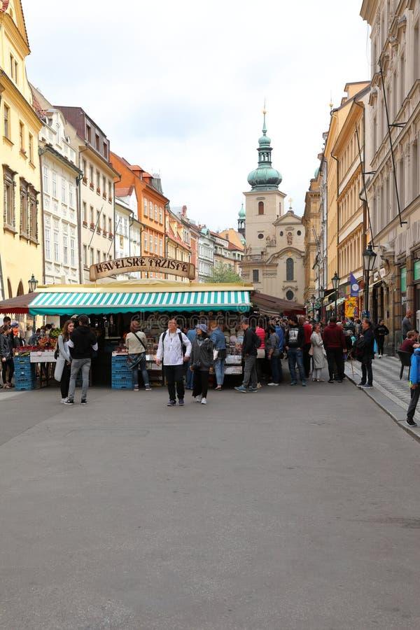Gator av gamla Prague med all talrikt litet shoppar och tränger ihop av turisterna som söker efter nya intryck arkivfoton