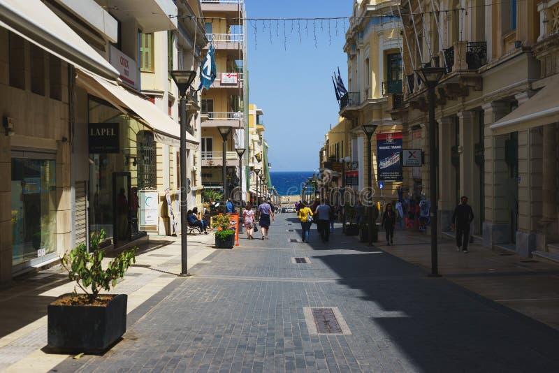 Gator av Heraklion, Grekland Varm solig dag i en grekisk stad royaltyfri fotografi