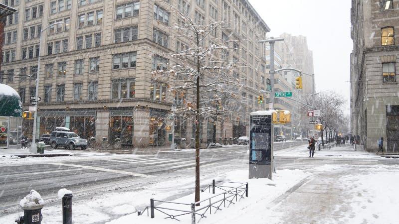 Gator av Manhattan i snön på vintern i New York City, USA fotografering för bildbyråer