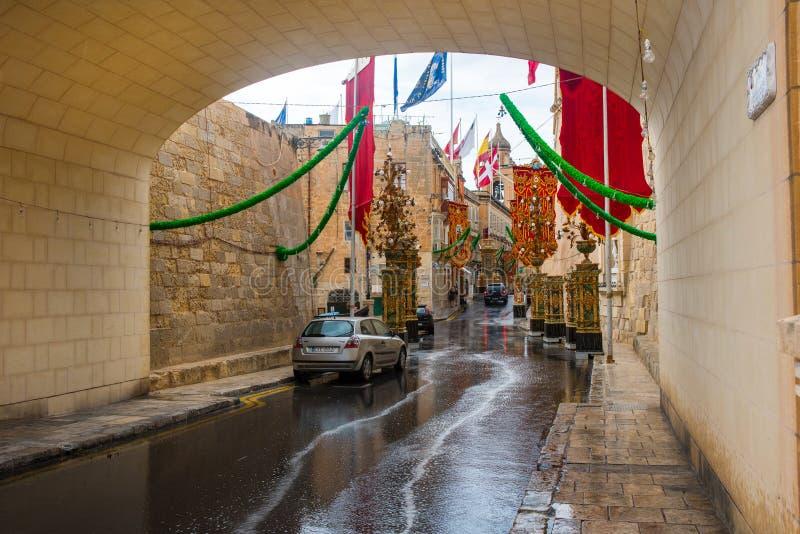 Gator av Valletta under en religiös festmåltid royaltyfria foton