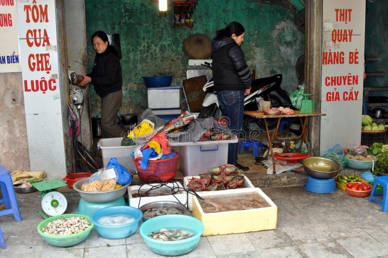 Gator av Vietnam - fiska säljare på trottoaren arkivfoto