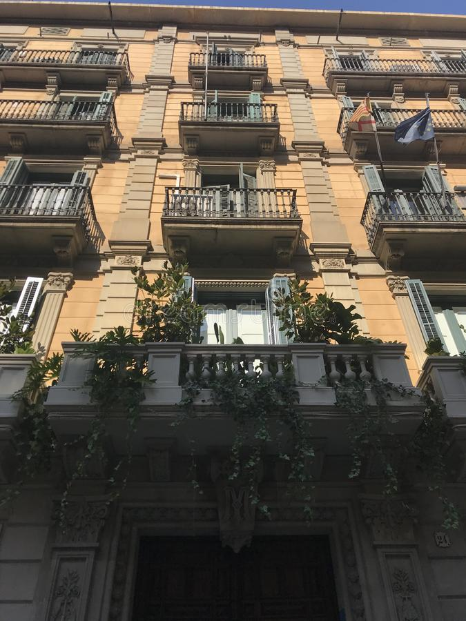 Gator balkonger, arkitektoniska hus, Barcelona, Spanien arkivfoto